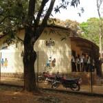 Pohled na výzdobu školy středoafrickým umělcem