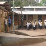 Každé pondělí žáci slavnostně nastupují před školou za zvuků státní hymny
