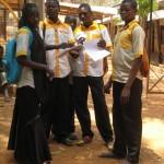 studenti ve slušivých uniformách